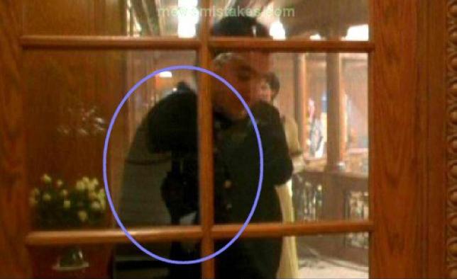 Errores de la película Titanic cámara reflejada en el vidrio de una puerta