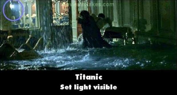 Errores de la película Titanic las luces de las lamparas de utileria aparecen en una escena