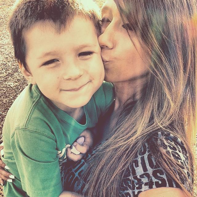 Mmá junto a su hijo mientras están en un parque