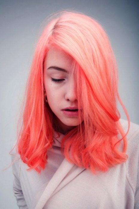 Chica con el cabello en color coral