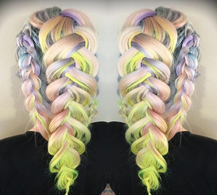 Chica con el cabello en color rosa, amarillo y morado