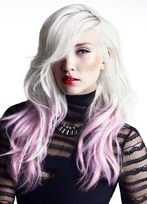 Chica con el cabello platinado y las puntas en color rosa
