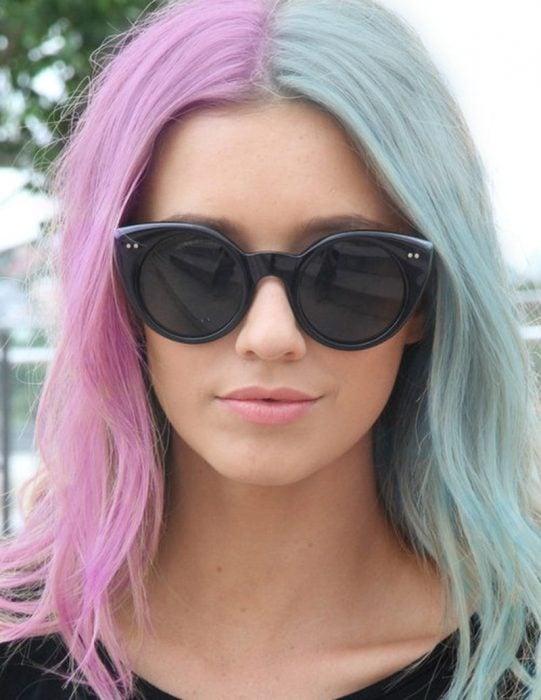 Chica con el cabello en color rosa y azul