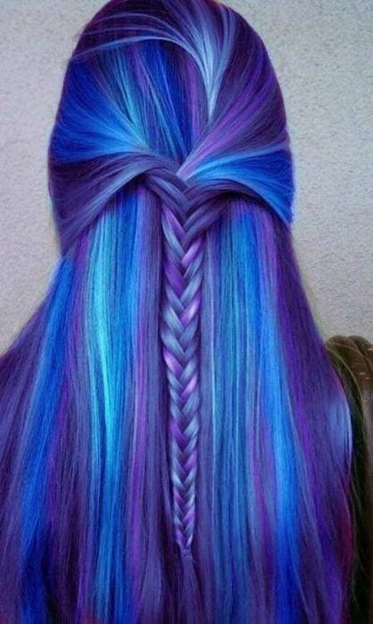 Chica con el cabello azul y distintos tonos de morado