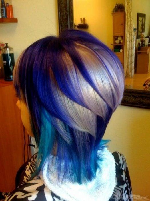 Chica con el cabello morado, azul y rubio