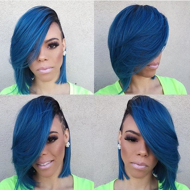 Chica con el cabello azul marino