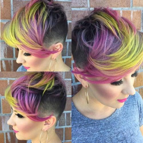Chica con el cabello en corte pixi con pintado en color rosa amarillo y morado