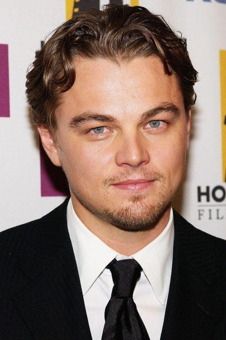Leonardo DiCaprio en una alfombra roja en el año 2004