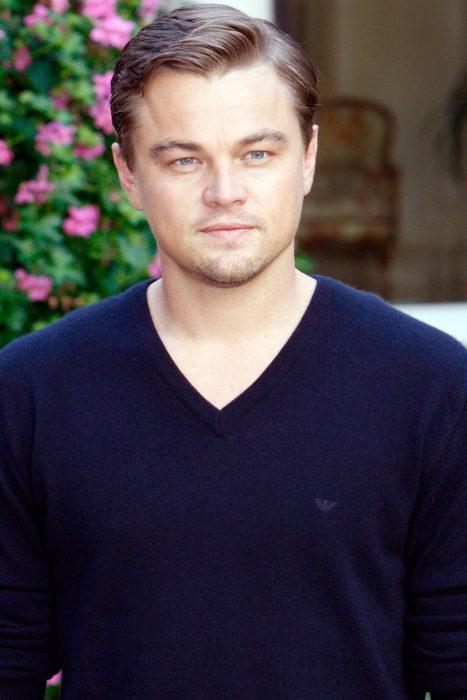 Leonardo DiCaprio usando un suéter azul en 2008