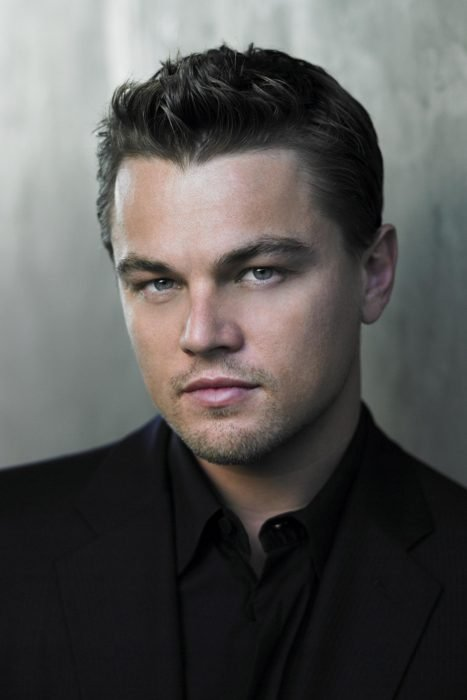 Leonardo DiCaprio recargado sobre una pared en 2006