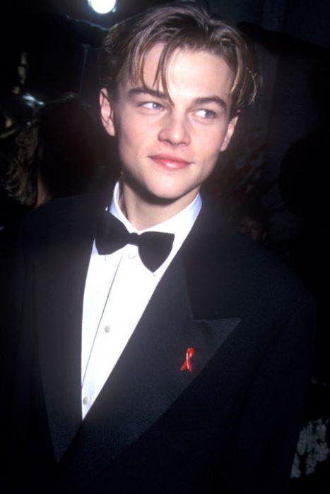 Leonardo DiCaprio usando un smoking negro en 1996