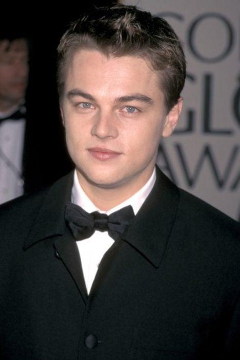 Leonardo DiCaprio usando un traje en color negro en 1998