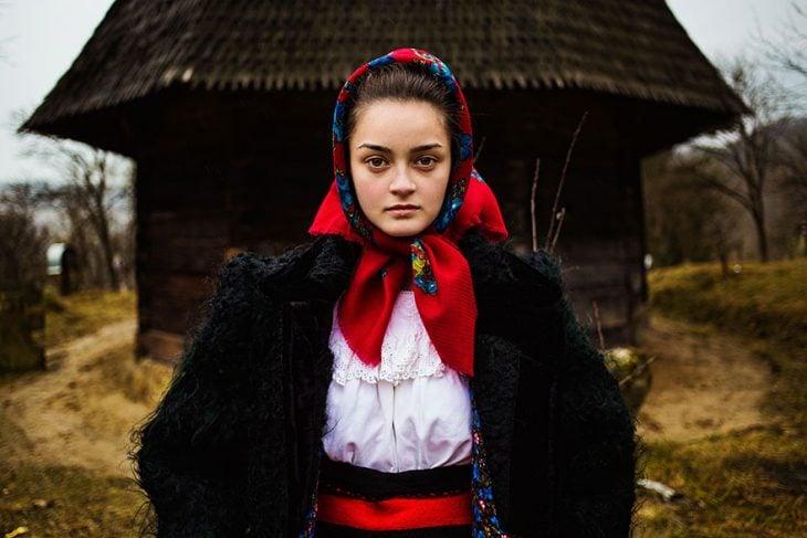 mujer rumana fotografiada por Mihaela Noroc