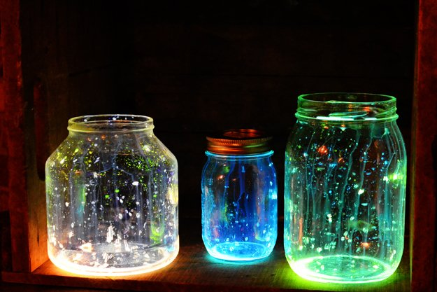 Frascos mason jar que brillan en la oscuridad