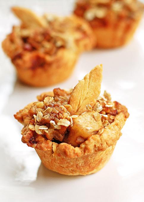 Mini pays de manzana hechos en un recipiente de cupcakes