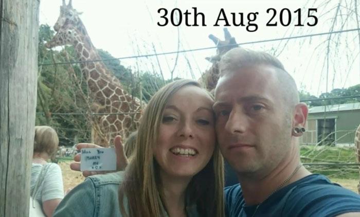 Chico proponiendole matrimonio a una chica mientras se toman una selfie en el zoologicoo
