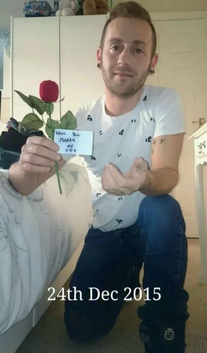 Hombre de rodillas tomándose una foto para proponerle matrimonio a una chica