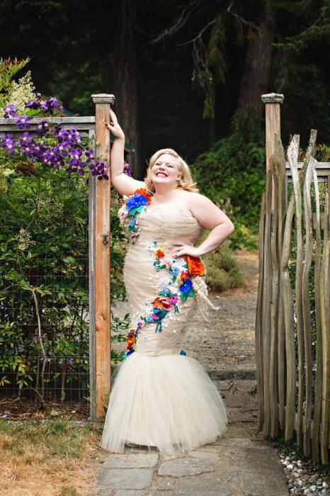 novia posando con sobre peso feliz boda
