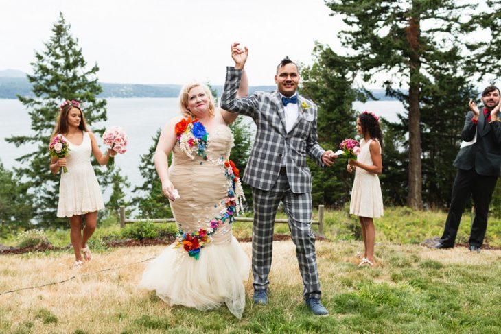 novia sobre peso boda recien casados felices
