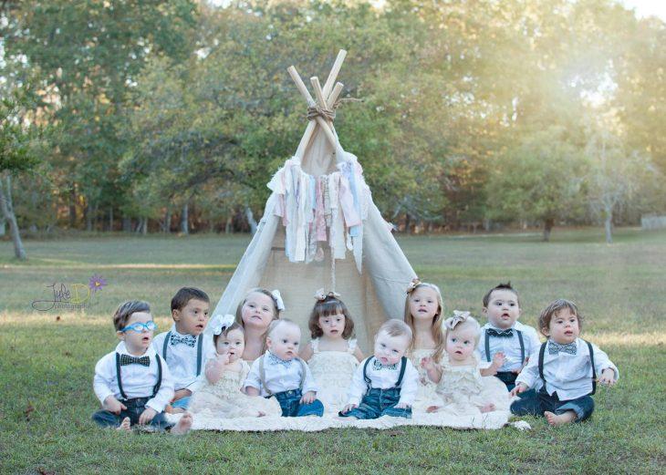 Fotógrafa Julie Wilson capturando la belleza de unos niños con síndrome de down sentados en el pasto