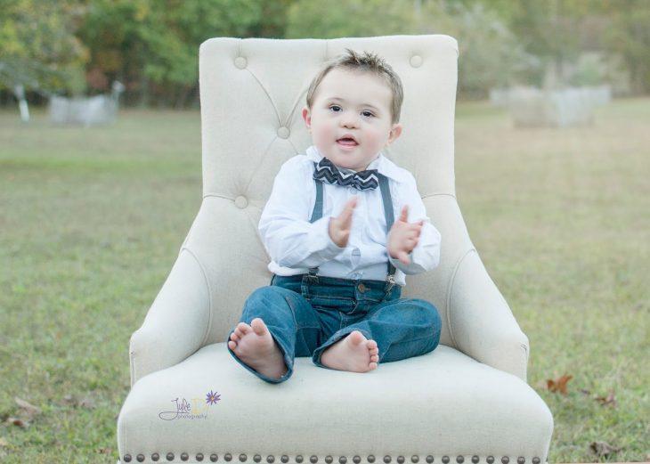 Fotógrafa Julie Wilson capturando la belleza de un niño con síndrome de down sentado en una silla