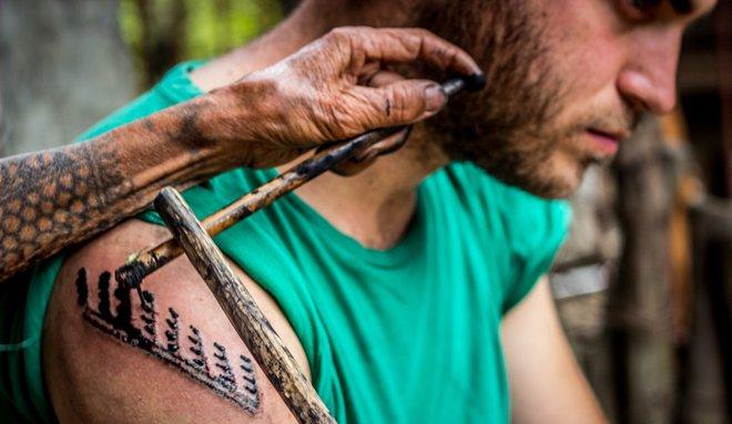 detalle de tatuaje tradicional filipino