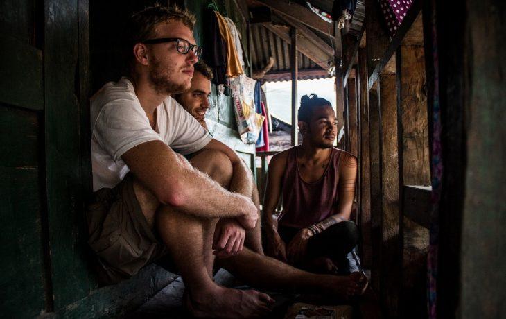 turistas esperando ser tatuados por filipina