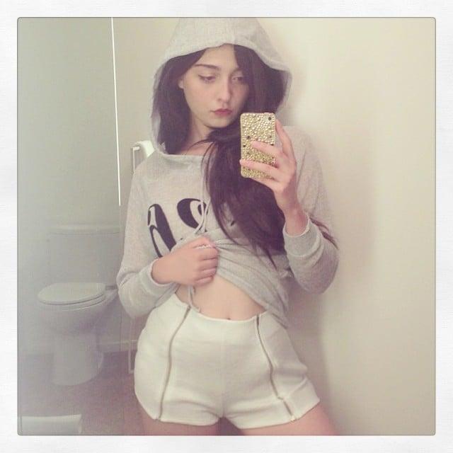 Amalia Ulman tomándose una selfie frente al espejo de un baño