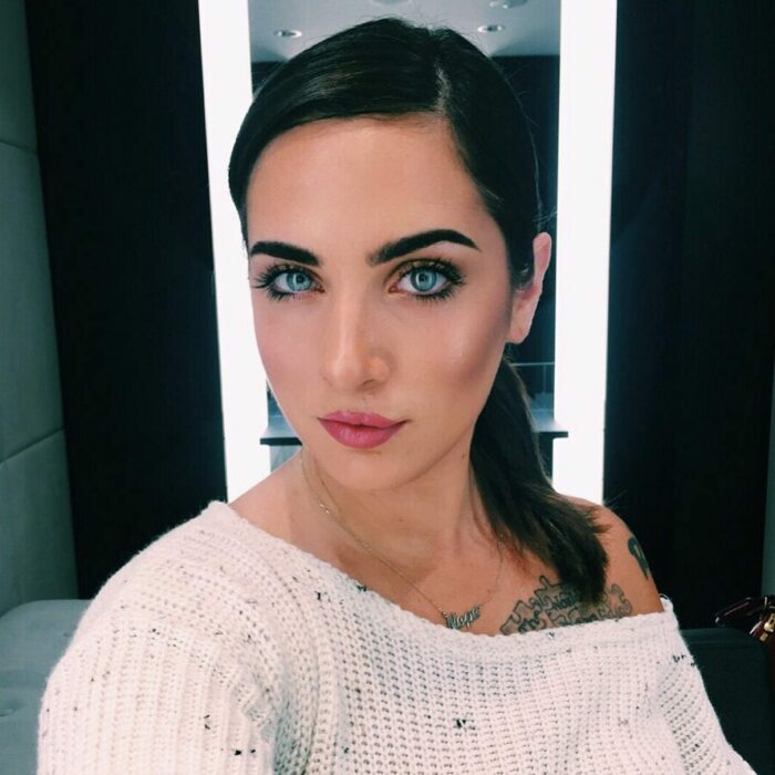 Lauren Urasek tomándose una selfie