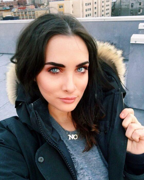 Lauren Urasek tomando una selfie de su rostro