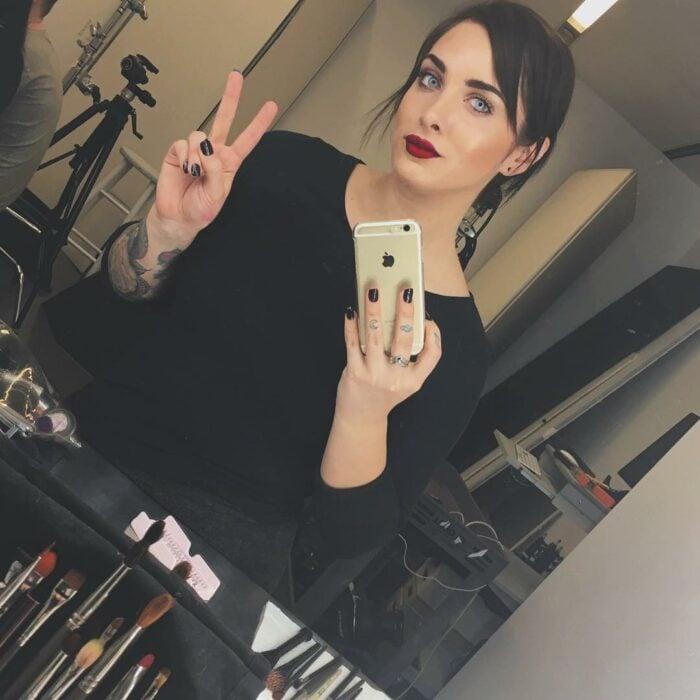 Lauren Urasek tomando una selfie frente al espejo; La mujer más popular en la red de citas OkCupid, te revela sus secretos para lograr una Selfie perfecta