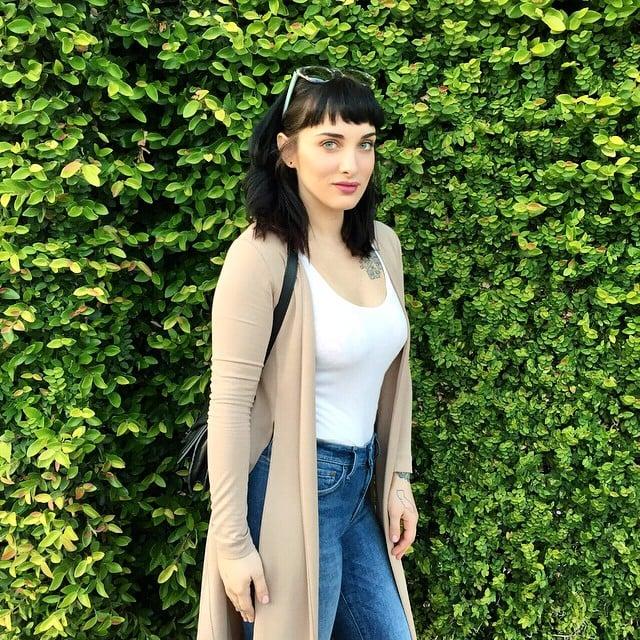 Lauren Urasek posando para una fotografía en un jardín; La mujer más popular en la red de citas OkCupid, te revela sus secretos para lograr una Selfie perfecta