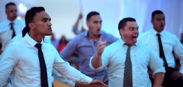 hombres bailando haka