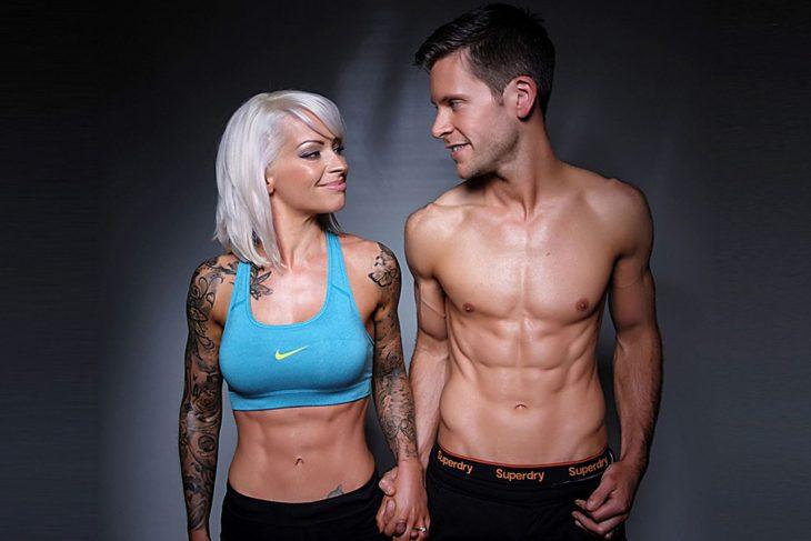 Pareja mostrando su buen cuerpo
