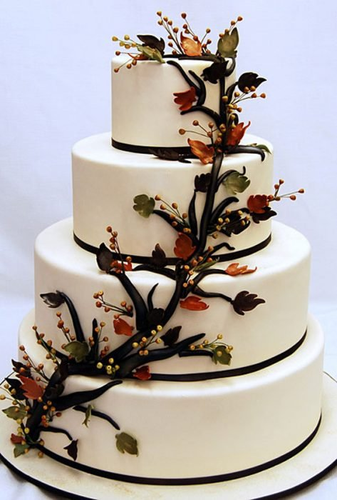 Pastel de bodas con una rama en medio