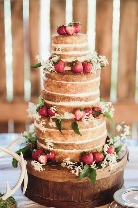 Pastel de boda sin betun pero con fresas frescas y flores