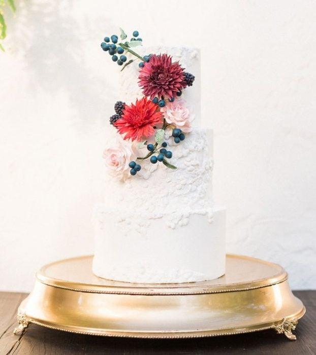 Pastel de bodas en color blanco con flores de colores