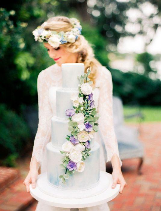 Pastel de bodas en color azul y flores violetas