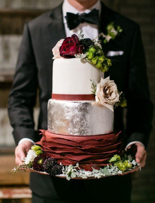 Pastel de bodas en color blanco con guinda y flores color café