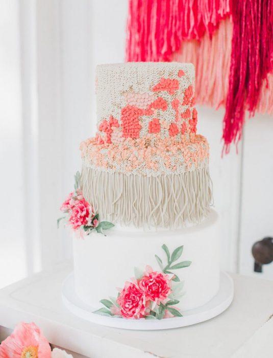 Pastel de bodas en color blanco con manchas en color rosa