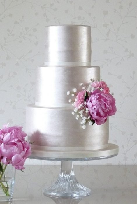 Pastel de bodas en color plateado con una flor rosa