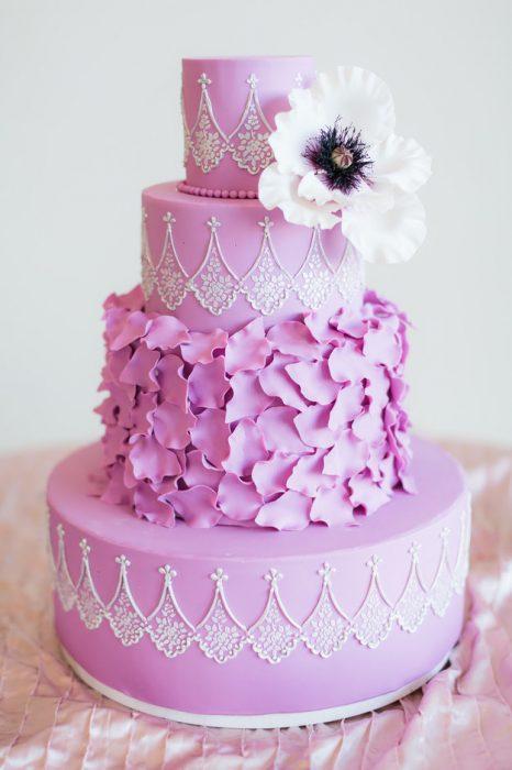 Pastel de bodas en color rosa