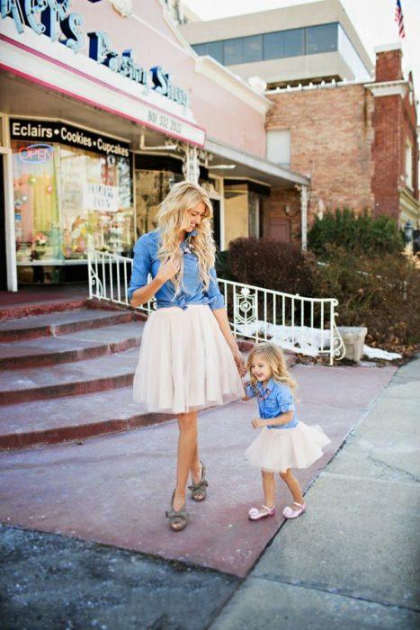 Chica y bebé vestidas igual en la calle