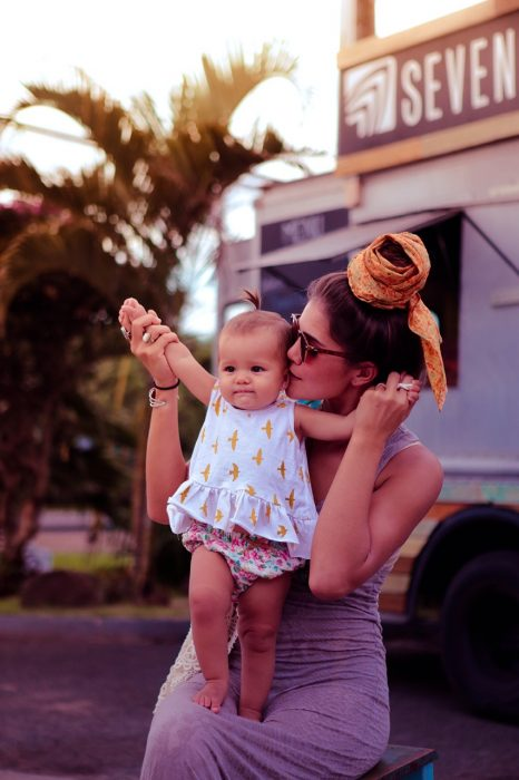 Chica cargando a una pequeña bebé