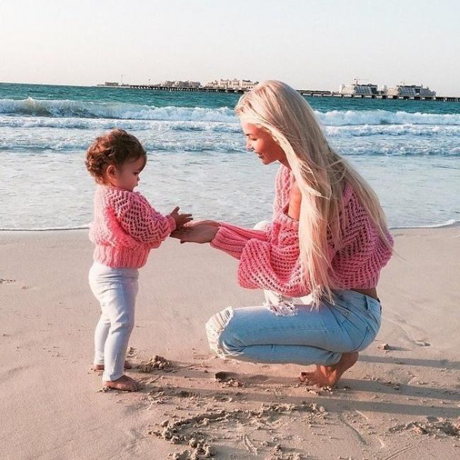 Chica y bebé vestidas igual en la playa