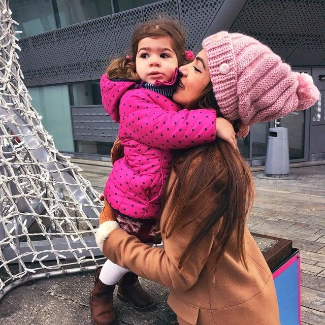 Chica y bebé abrazadas