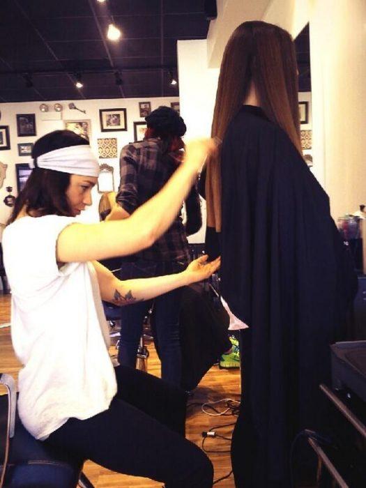estilista cortando el cabello a una chica de cabello largo