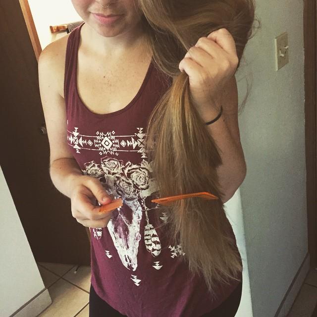 Chica con el peine quebrado mientras se estaba peinando