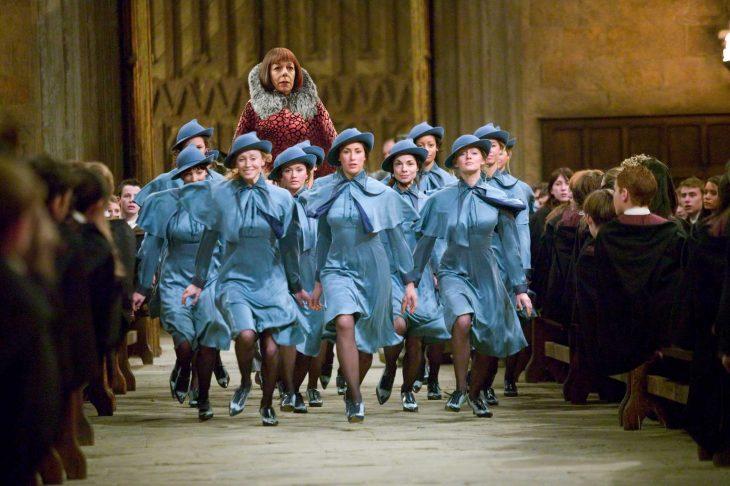 Escena de la película harry potter mujer alta caminando con chicas bajitas