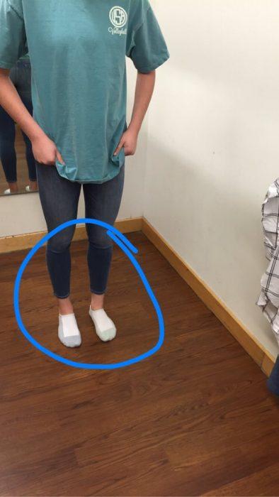 Chica con unos pantalones que son muy cortos